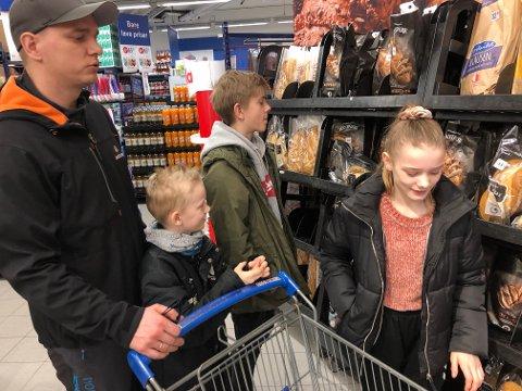 HELGEHANDEL: Flekkefjæringen Tor Henning Sigbjørnsen var fredag sammen med barna Helene (11), Andreas (9) og Markus (14) ute og handlet.