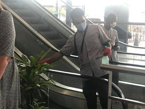 NØYE: På flyplassen i Pnom Penh i Kambodsja var det kontinuerlig spriting av rulletrapp-gelender.