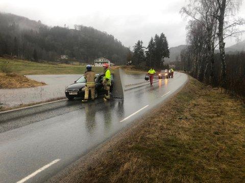 I SIKKERHET: To personer er i sikkerhet etter at bilen havnet i et vann.