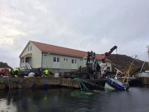 SYNKENDE SKØYTE: Fiskeskøyta som sank i Fiskerihavna på Hidra ble begynnelsen til en stor ekstraregning for havnevesenet i Flekkefjord kommune.