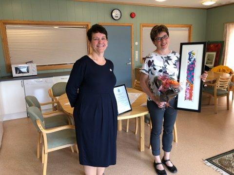PRISUTDELING: Fylkesleder Nina Horpestad (til venstre) delte ut prisen til Hanne B. Eidsheim.
