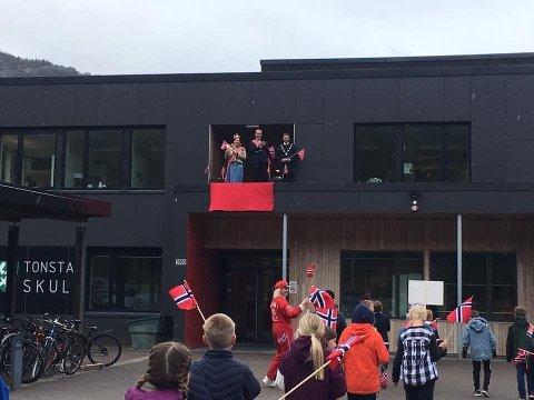 KONGELIG VINK: «Kongen», «dronningen» og ordføreren stod på terrassen og vinket til barnetogene på Tonstad