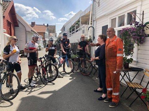 UEGENNYTTIG MIL: – Bidra med sommersykling for TV-aksjonen, oppfordrer nå Nordsjørittet. Her fremme på Sogndalstrand hos Eli Laupstad Omdal og Jan Egil Omdal på Sogndalstrand kulturhotell.