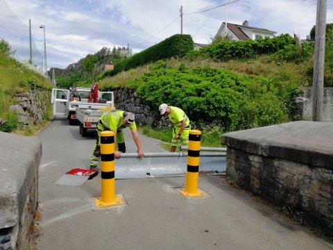 PULLERTER: Fredag 12. juni fjernet Presis Vegdrift de stygge stengslene ved Bakke bro og satte opp to pullerter på hver side.