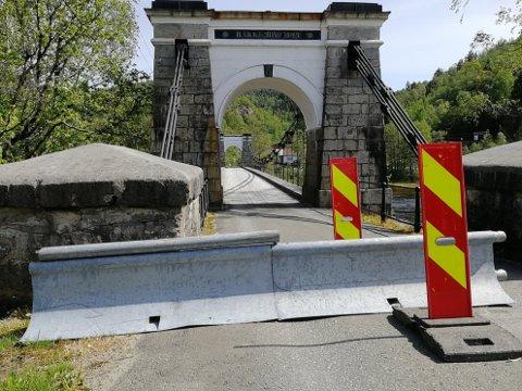 IKKE FINT: Rolv Lende er slett ikke fornøyd med hvordan severdigheten Bakke bro på Sira ser ut for tiden.