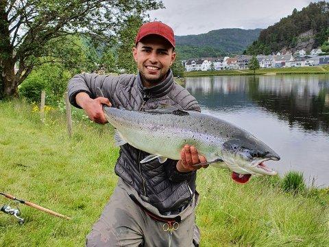 GODT FISKE: Det ble en ekstremt god laksefiskesesong. Doureid Almoussa var blant dem som fisket i Kvina-elva i år. Han fikk en laks på 9,8 kilo.