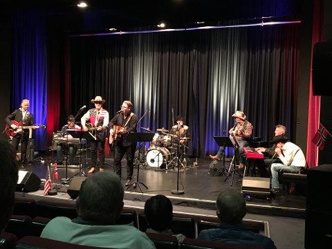 COUNTRY-GOSPEL: Nashville Sound på scenen iKvinesdal kulturhus. Bjørn Wikøren ved mikrofonen.