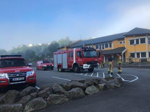 Flekkefjord brannvesen ved Søyland skole fredag morgen. Foto: Svein Løvland