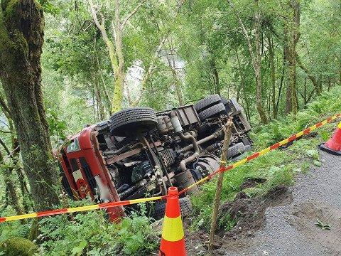 I GRØFTA: Ingen er skadet etter at lastebilen veltet på Bjellandvegen
