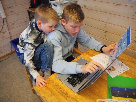 FLYTTET: Marius Fidjeland til høyre her sammen med fadderbarn Elias Tjørhom, flyttet til Sandnes for å fullføre ungdomskolen.
