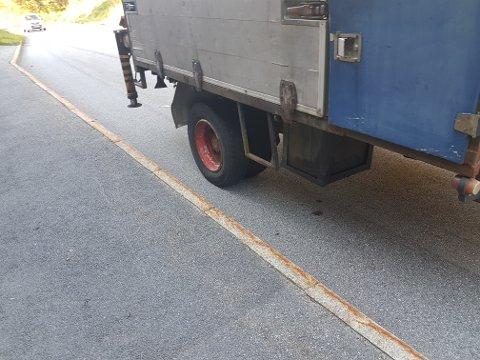 HJEMMELAGET HENGER: En traktor ble stoppet med en hjemmelaget tilhenger.