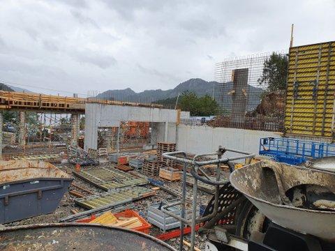FREMGANG: Prosjektet ligger i henhold til timeplanen. Nå skal det støpes bakvegger i andre etasje, forteller Ove Frøytlog.