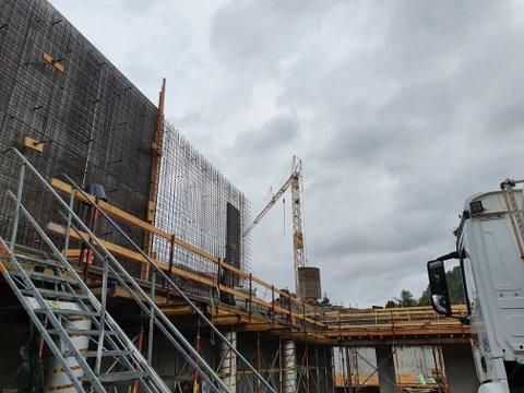 HØYERE RAMME: Rådmannen foreslår å utvide rammen med 3,6 millioner for bygging av ny hall på Uenes.