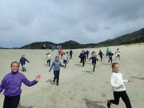 HØST PÅ KNABEN: Elevene fra Bærland skulle egentlig vært på skitur på Knaben i vinter. De fikk i stedet leke seg på sanddeponiet i august.