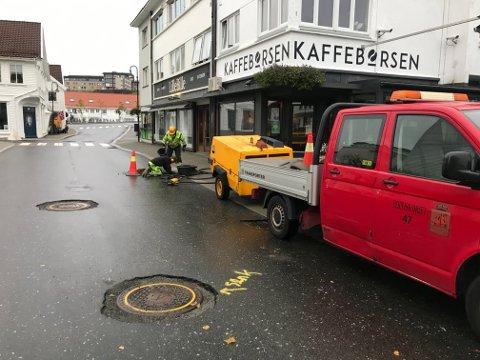 ELVEGATEN: I Elvegaten gjør kommunens egne ansatte klar kummene for ny asfaltering.