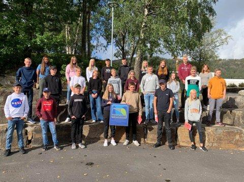 GRØNN UKE: Flekkefjord ungdomsskole er blitt sertifisert som Miljøfyrtårn. På bilde er 8. klasse i første rad, 9. klasse i andre rad og 10. klasse i siste rad. Foto: Flekkefjord ungdomsskole