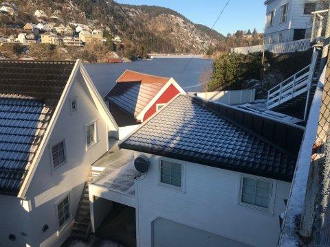 OPPHEVET: Flekkefjord kommune sin byggetillatelse til utvidelse av dekke, oppføring av gjerde og flytting av utvendig trapp ved Frank Tommy Strømland sin garasje i Sundegaten (bildet) er nå omgjort og avslått av statsforvalteren (fylkesmannen)