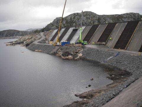 EN AV DAMMENE: Dam Kuli er en del av Finsåsvassdraget i Sirdal som inneholder flere kraftanlegg. Dam Kuli ble bygget på midten av 60-tallet. Oppdraget som YIT Anlegg gjorde høsten 2019 omfattet rehabilitering av dammen.