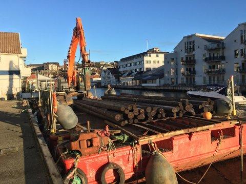 En gravemaskin fra Kvina Maskin skal stå for pelingen av stolper ned i sjøbunnen.