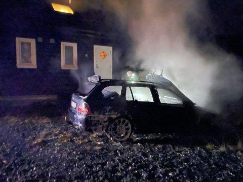 BILBRANN: Denne bilen brant, men flammene spredte seg ikke til hytten like ved.