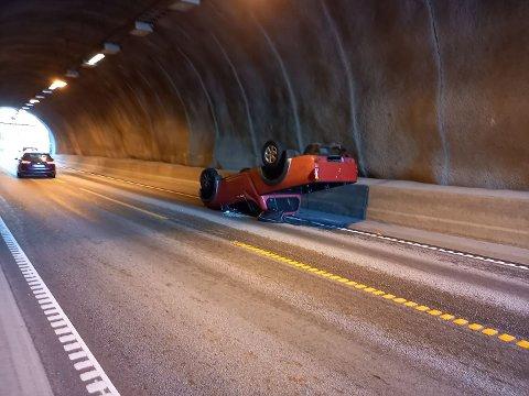 PÅ TAKET: Her ser man bilen som havnet på taket like etter Pitstop.