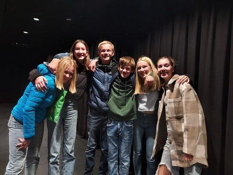 DJS OG HJELPERE: Fra venstre Maja Lewandowska, Linnea Thanya Verhoeven, Lucas Fjeld, Liam Berrefjord, Malin Sirnes og Sunniva Grunnvåg.