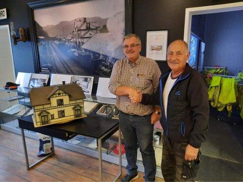 Leder Erik Synstad takker modellbygger Hans-Jürgen Lange.
