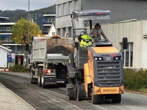 FRESING: Gammel asfalt blir frest bort på Jernbaneveien og alt gjøres klart for reasfaltering.