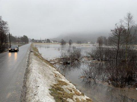 VANN PÅ BEGGE SIDER: Veien inn til Urdal og Gyland gard var i ettermiddag omringet av vann på begge sider.