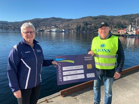 TAKKNEMLIG: Gerd Nygaard i Flekkefjord Turnforening uttrykte stor takkemlighet da hun fikk overrakt sjekken med 10.000 kroner av Per Østensen i Lions Club Flekkefjord.