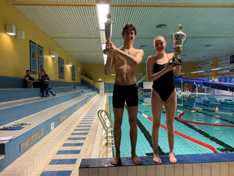 VANT PREMIER: BILDE: Marko Prelevic og Liv Elena Holm-Hansen med hver sin vandrepokal.