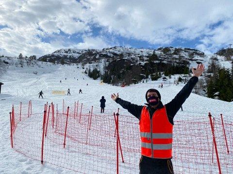 VELKOMMEN: De ansatte hos Sirdal Skisenter håper flere vil ta turen opp på påskefjellet etter hvert. Lørdag var det flott vær og mye boltreplass.