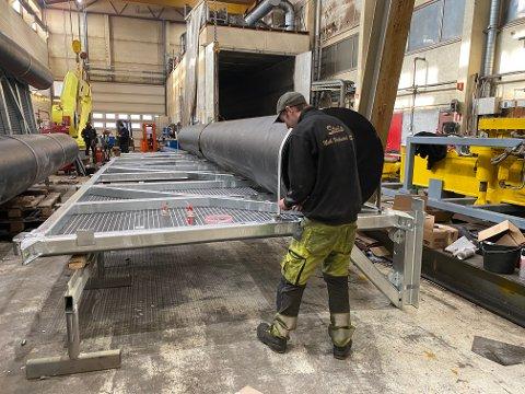 LEDEGJERDER: Steis har levert ledegjerder til forskningsprosjekt i Mandalsvassdraget. Her monteres de inne på verkstedet på Tonstad.