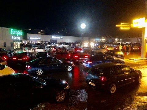 DRIVE IN: Plassen utenfor Rema 1000 i Kvinesdal er fylt opp med over 100 biler