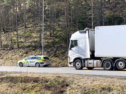 FORELEGG: Seks sjåfører må betale store summer i forenklede forelegg for bruk av mobiltelefon.