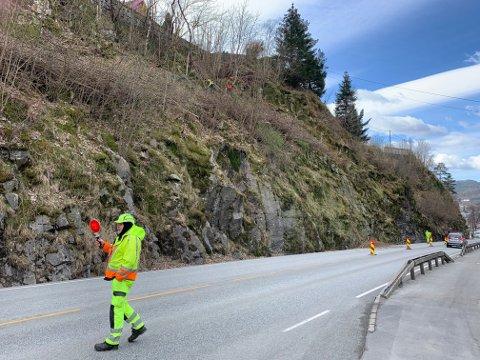 DIRIGERING: Det er manuell trafikkdirigering på fylkesvei 44 i Trolldalen i Flekkefjord i dag. Bilene slippes forbi i ett felt av gangen.