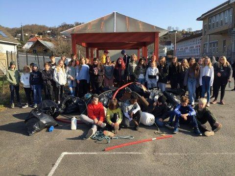 RYDDEDAG: Det ble et stort lass med søppel da ungdommene var ute og ryddet.
