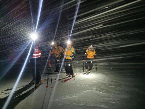 Frivillige fra Norsk Folkehjelp Tromsø under en redningsaksjon natt til lørdag. To personer satt værfaste i ei nødbu på fjellet Kjølen på Kvaløya og trengte hjelp til å komme seg ned igjen.