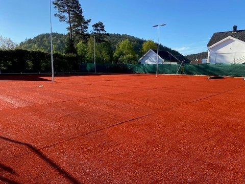 SNART KLAR: Tennisbanene på Uenes er snart klare til bruk.