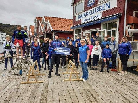 FIKK GAVE: Wenche Murbræch fra Gjensidigestiftelsen kom med en sjekk på 300.000 kroner til Flekkefjord Kajakklubb.