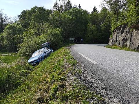 GRØFTEN: Bilen har havnet i grøften. Det skal ikke være trafikale utfordringer på stedet.