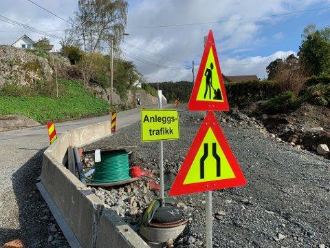 FORNYES: På Øvreid fornyes veien i forbindelse med ny gangvei, vann og kloakk til nye boliger. Andre steder i Flekkefjord brukes deler av overskuddet fra 2020 til å fornye asfalt på utvalgte kommunale veier.