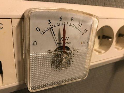 WATTMETERET: Hver gang den svarte pilen passerte den røde, ble det full panikk i heimen, da måtte ovner skrus av og lamper slukkes slik at den svarte nålen igjen lå bak den røde. Grunnen til dette var den gamle H3-tariffen som registrerte det som ble kalt overforbruk. Overforbruk oppsto når en brukte mer strøm enn det som var avtalt med E-verket. Nå legges det igjen opp til at det innføres slike ordninger der hvor mye strøm du tar ut på en gang blir avgjørende for strømregningen.