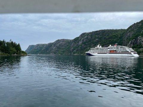 Til venstre ser dere Launes-odden, og ytterst i havgapet på fastlandsiden ser dere Kjørsfjell-profilen.