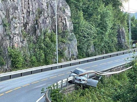 PÅ KANTEN: Bilføreren stakk av etter nesten å ha havnet utenfor kanten på veien,.