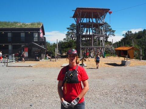 KLATREPARK: Wendy Dalgliesh med klatretårnet i bakgrunnen,, selve hjertet i anlegget.