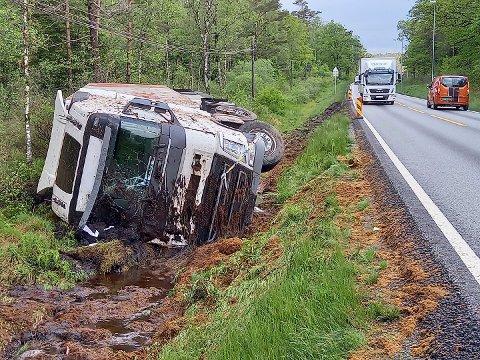 Her ligger tankbilen, som trolig fjernes i løpet av dagen.