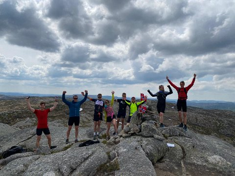 FULLFØRT: Fornøyde deltagere  fotografert etter nålgang på Lunds høyeste topp, Lintjønnknuten.