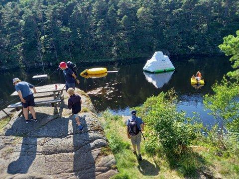 «ISFJELL»: Nytt i Engelsvannet i år er et «isfjell» som det er moro å kaste seg ut fra og slik ned i vannet.