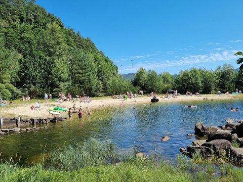 POPULÆR STRAND: Det er mange som bader, særlig når vannet er over 20 grader.